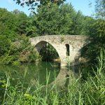 alte Brücke über den Fluss auf dem Jakobsweg