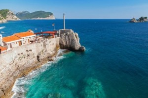 Der alte Hafen Petrovac auf der Wanderreise an der montenegrinischen Küste